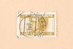 Een zegel die in Bangladesh wordt gedrukt toont een sorteermachine, circa 1960 stock afbeeldingen