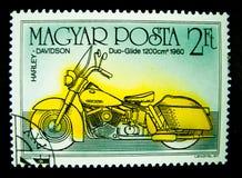Een zegel in Hongarije wordt gedrukt toont een beeld van Harley Davidson-duoglijdende beweging 1960 op waarde bij 2 Voet dat stock foto