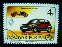 Een zegel in Hongarije wordt gedrukt toont een beeld van Rode Klassieke auto Renault 5 GT Turbo 1985 400 op waarde die bij 4Ft royalty-vrije stock afbeeldingen