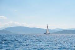 Een Zeilboot in blauwe overzees royalty-vrije stock fotografie