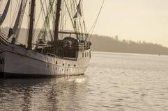 Een zeilboot die in de baai legt Royalty-vrije Stock Fotografie