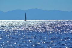 Een zeilboot die in de Middellandse Zee varen royalty-vrije stock fotografie