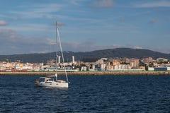 Een zeilboot die door het overzees varen royalty-vrije stock foto's