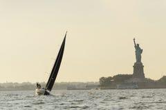 Een zeilboot en een damevrijheid royalty-vrije stock foto's