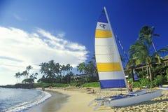 Een zeilboot op het strand in Kauai, Hawaï wordt gelanceerd dat Stock Fotografie