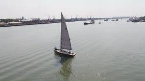 Een zeilboothaven met een groot aantal varende boten Varende haven lucht stock videobeelden