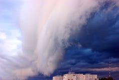Een zeldzame foto Donkere onweerswolken over een gebouw met meerdere verdiepingen Royalty-vrije Stock Foto