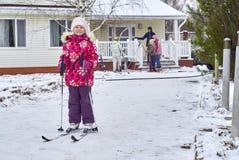 Een zes-jaar-oud meisje dat zich op skis bevindt Stock Afbeeldingen