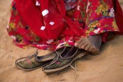 Een zigeuner Indische vrouw draagt rode Sari terwijl zij zit royalty-vrije stock fotografie