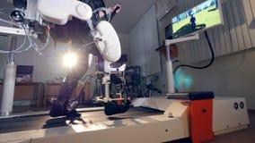 Een zijaanzicht over een exoskeleton post met het VR-scherm stock videobeelden
