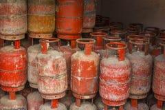 Een zijn de oude sjofele rode propaangasflessen in pakhuis royalty-vrije stock afbeeldingen
