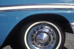 Een zijwiel en een paneel van een blauwe 1956 Chevrolet Royalty-vrije Stock Fotografie