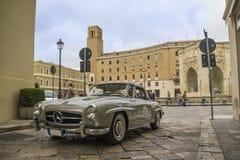 Een zilveren 1955 bouwde Mercedes-Benz op de weg Royalty-vrije Stock Foto's