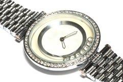 Een zilveren dameshorloge met een rond horlogegezicht en geen aantallen stock afbeelding