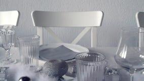 Een zilveren restaurantdecoratie stock videobeelden