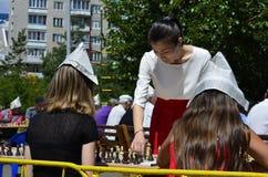 Een zitting van een gelijktijdig spel van een grandmaster met eenvoudige schaakspelers royalty-vrije stock afbeeldingen