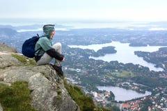Een zitting van het Meisje op een rots, Bergen Stock Fotografie