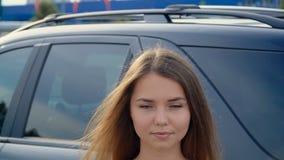 Een zoet meisje dichtbij de auto, volledige hdvideo stock footage