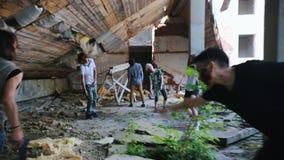 Een zombieaanval in de verlaten bouw Overleefde vrouw die met een kanon lopen die aanval van zombieën vermijden stock footage