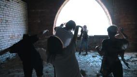 Een zombieaanval op de hoogste vloer van de verlaten bouw De overlevenden verdedigen zich stock videobeelden