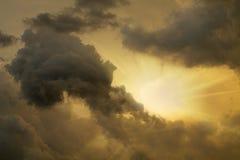 Een zon onder wolken Stock Afbeeldingen