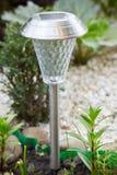Een zonne-aangedreven lamp in de tuin royalty-vrije stock afbeelding