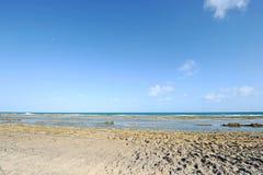 Een zonnig strand met lagen van water Royalty-vrije Stock Afbeeldingen