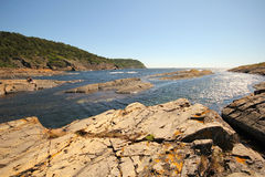 Een zonnige dag door de kust. Stock Afbeelding