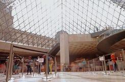 Een zonnige dag onder de piramide in Parijs royalty-vrije stock afbeelding