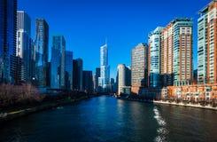 Een zonnige dag op de rivier van Chicago de stad in stock fotografie