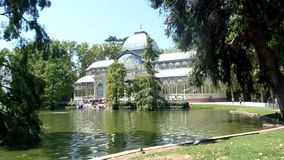 Een zonnige dag in Retiro-Park, Madrid stock footage
