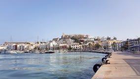Een zonnige de zomerdag in Dalt Vila Ibiza City Spain stock afbeelding