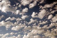 Een zonnige hemel die aan stormachtig draait Stock Foto