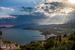 Een zonnige ochtend op de kust van de Zwarte Zee Tempelvuurtoren royalty-vrije stock fotografie
