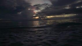 Een zonsondergang door het schip stock video