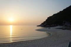 Een zonsondergang op het strand royalty-vrije stock afbeeldingen