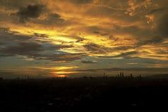 Een zonsondergangmening met a-stad Royalty-vrije Stock Foto's