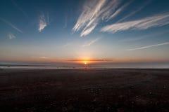 Een zonsopgang in de woestijn dichtbij de Al Wahbah-krater, Saudi-Arabië stock afbeeldingen