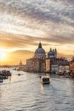 Een zonsopgang in het Kanaal Grande en Basiliek Santa Maria della Salute Stock Foto's