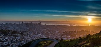 Een zonsopgang vanaf de bovenkant van Tweelingpieken - San Francisco Royalty-vrije Stock Foto