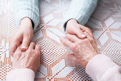 Een zorg is thuis van bejaarden De holding overhandigt close-up royalty-vrije stock foto