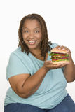 Een zwaarlijvige Hamburger van de Vrouwenholding Royalty-vrije Stock Afbeeldingen