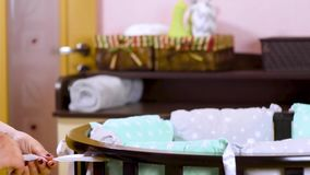 Een zwangere vrouw als voorbereiding op een pasgeboren kind wordt voorbereid op de vergadering Het vouwen van het houten meubilai stock video