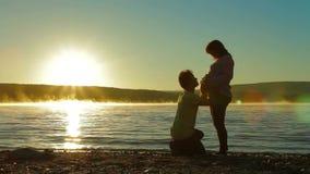 Een Zwangere Vrouw en een Verwachtende Vader On Lake stock videobeelden