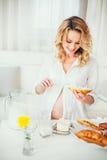 Een zwangere vrouw melk Brood Stock Foto's