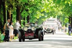 Een zwart en rood die Riley-prototype, door OOF klassieke auto's wordt gevolgd Royalty-vrije Stock Afbeelding