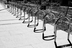 Een zwart-wit abstract beeld van herhaalde staaldetails Stock Foto