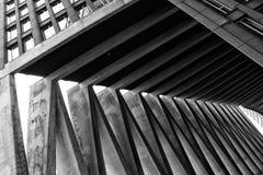 Een zwart-wit architecturaal patroon die uit drie muren en parallelle lijnen bestaan stock foto