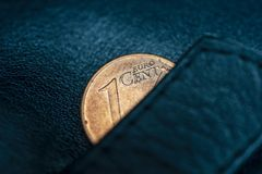 Een zwarte leerportefeuille en één cent van euro, om armoede, failliet of zuinigheid, zuinigheid en economie te symboliseren Royalty-vrije Stock Foto