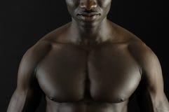 Een zwarte mens met een spierlichaam